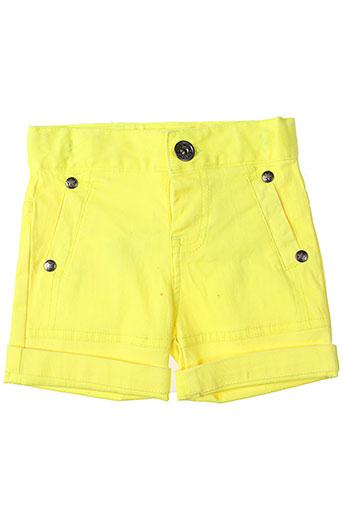 3 et pommes shorts et 1 fille de couleur jaune (photo)