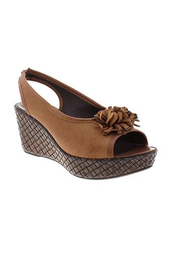 pedi et girl sandales et nu et pieds femme de couleur marron